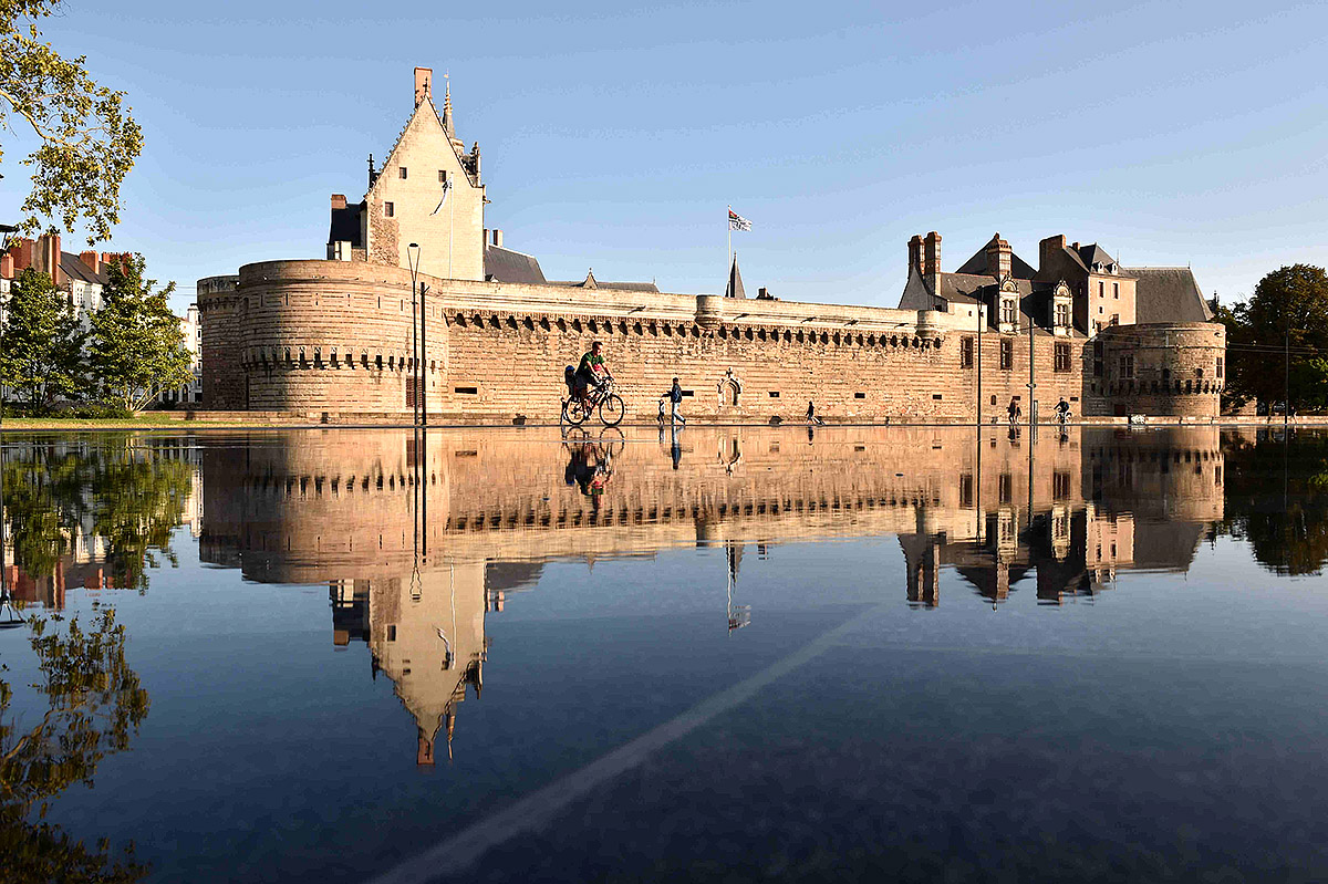 The Chateau des Ducs de Bretagne reflected in the 'Miroir d'eau' (Water mirror)